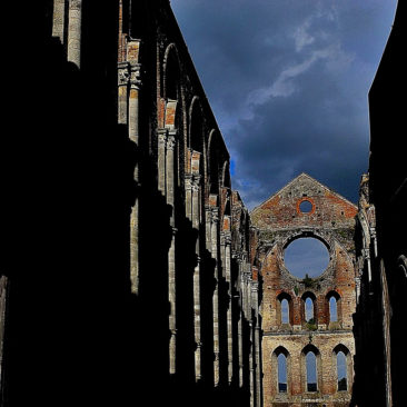 L'abbazia di San Galgano… è un'abbazia cistercense – THE ABBEY OF SAN GALGANO … is a Cistercian abbey …