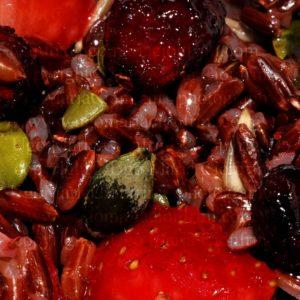 riso rosso con fragole, con mirtilli rossi disidratati semi di zucca e semi di girasole - red rice with strawberries, with dehydrated cranberries pumpkin seeds and sunflower seeds